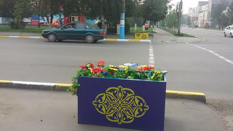 В Петропавловске украсили центральную трассу в траурном стиле