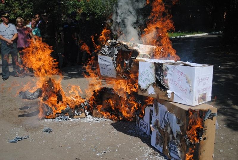 В Петропавловске сожгли деньги в протест взяточничеству