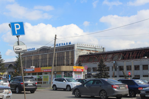 Жители многоэтажек и бизнесмены против платной парковки на вокзале Петропавловска
