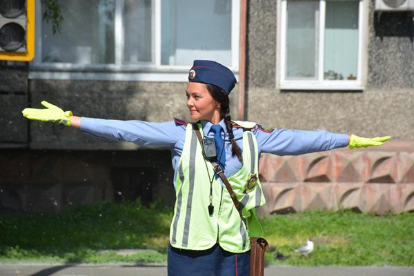 Регулировщикам в юбках сигналили водители Петропавловска