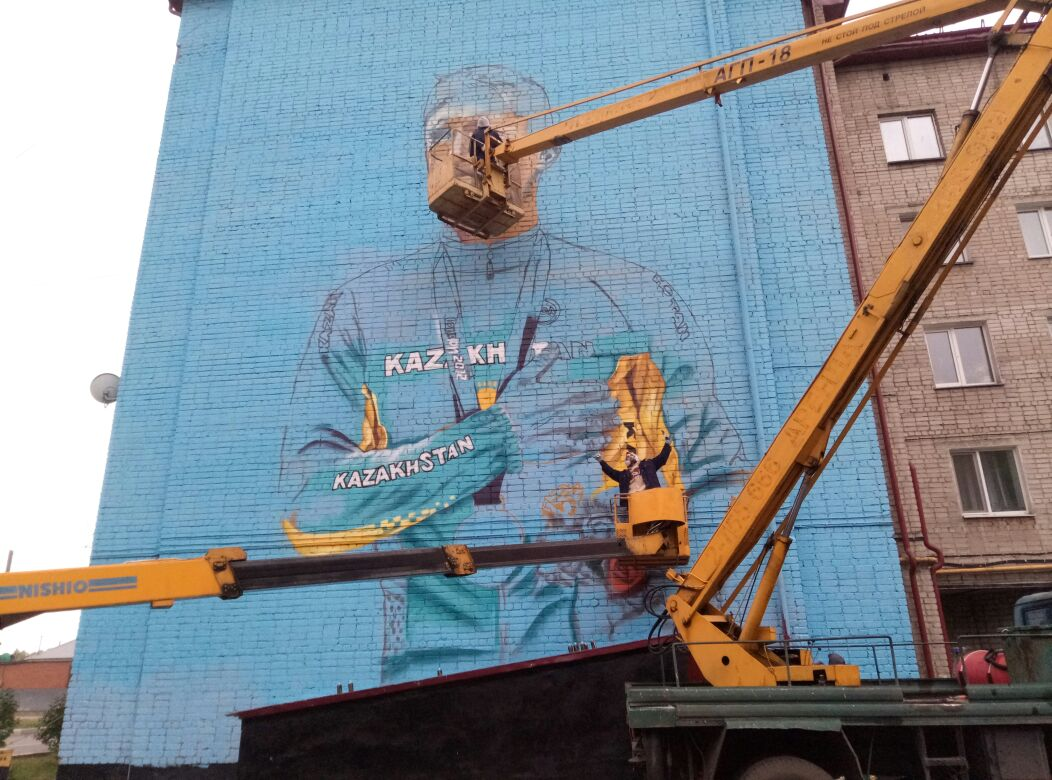 В Петропавловске рисуют граффити на домах художники из Санкт-Петербурга (видео)