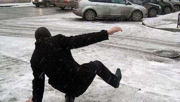 Жители Петропавловска получают травмы на улицах из-за гололёда