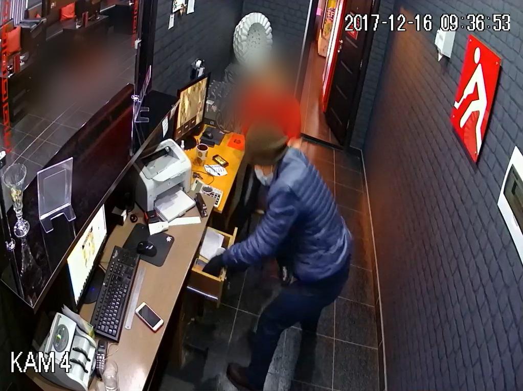 В Петропавловске неизвестный в медицинской маске ограбил букмекерскую контору