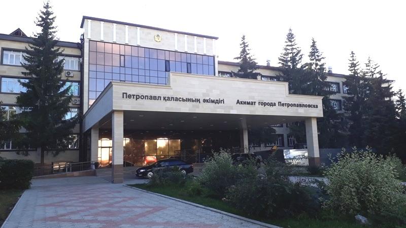 Сотрудника акимата Петропавловска подозревают в получении взятки за пересечение блокпостов