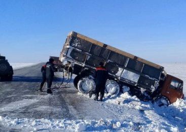 На севере Казахстана опрокинулся  КамАЗ с прицепом