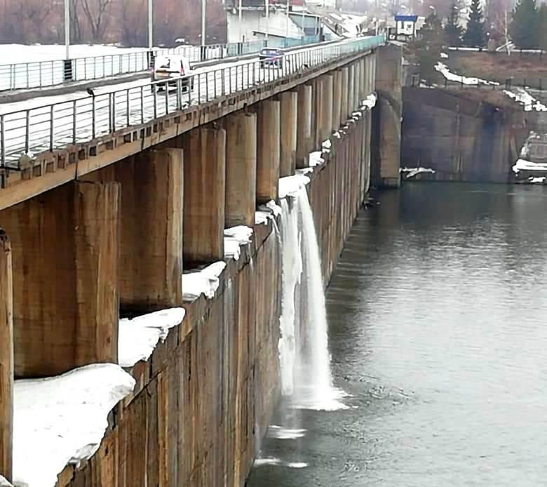 На Сергеевском водохранилище вода пошла через гребень плотины — видео