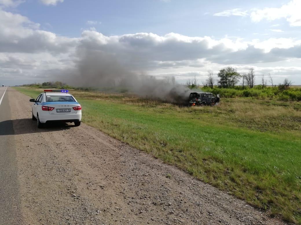 Североказахстанские полицейские спасли 11 школьников из горящего автобуса на трассе