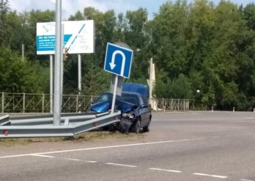 На севере Казахстана водитель врезался в металлический отбойник