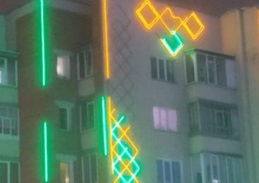 С фасадов многоэтажек Петропавловска отваливается подсветка