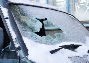 В Петропавловске злоумышленник разбил стёкла в чужих машинах и строящейся подстанции
