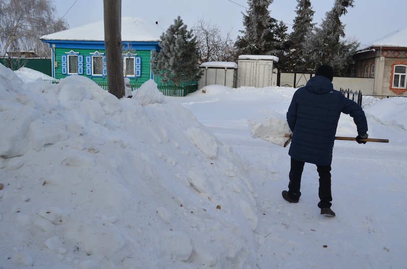 Жители Петропавловска скидывают снег на участки соседей