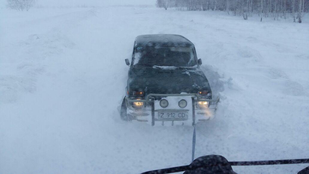 На севере Казахстана снегом замело 25 машин