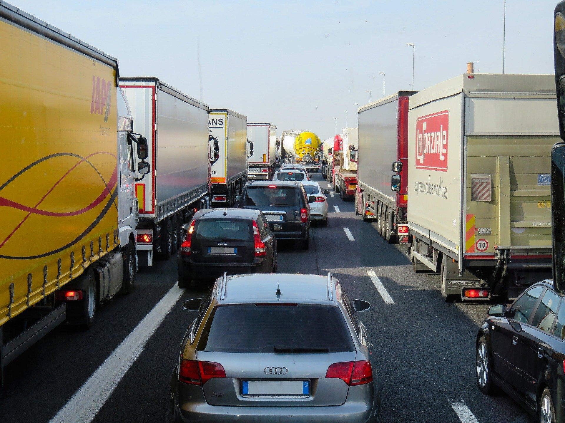ЧП в Казахстане: грузовики начнут пускать в страну по новым правилам