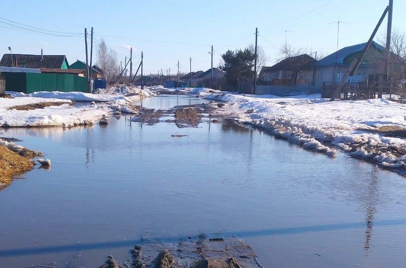 В резиновых сапогах и с лопатой встречают весну на севере Казахстана