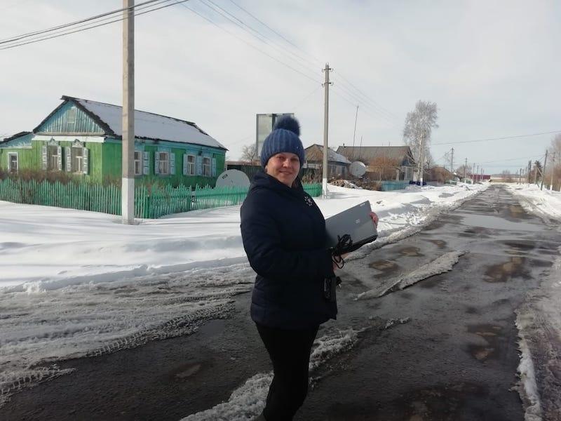 Сельским школьникам на севере Казахстана выдают ноутбуки для онлайн-учебы