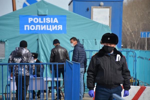 Как транспорт проезжает через блок-посты на въезде в Петропавловск