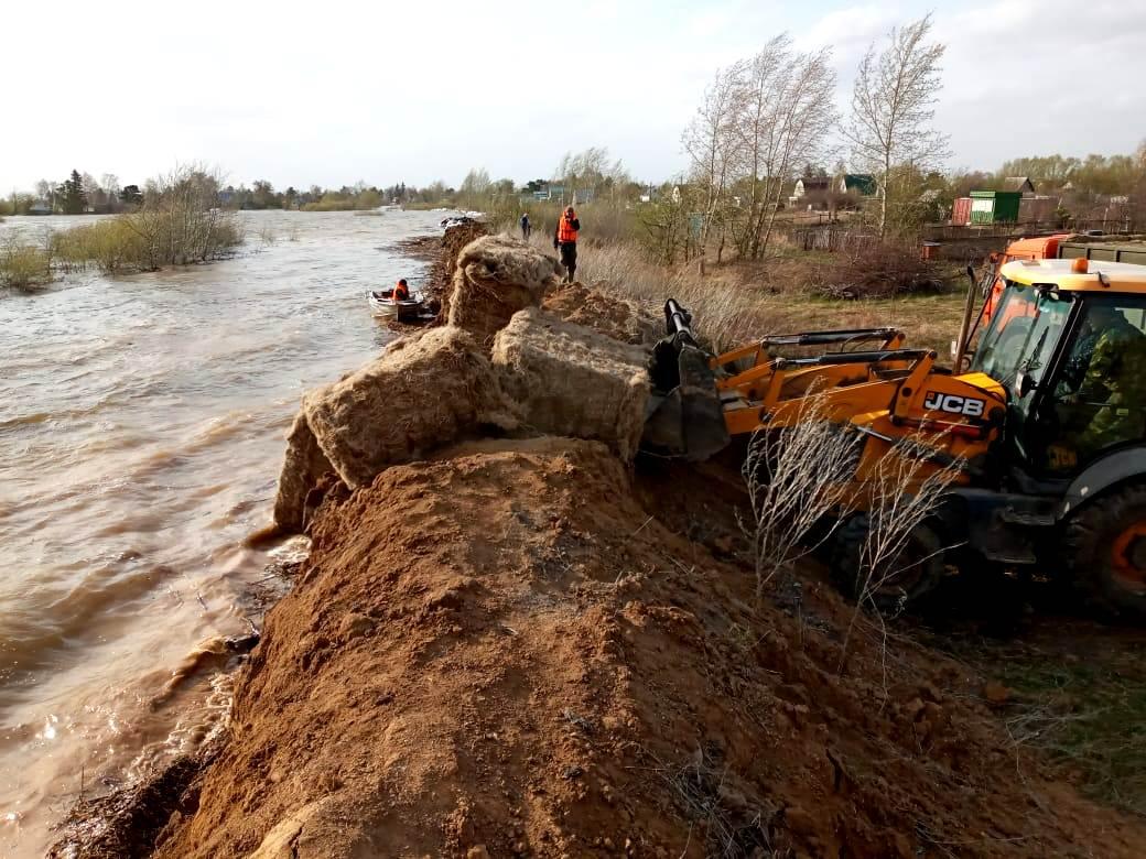 Как спасатели и военнослужащие защищают посёлок от паводка в Петропавловске