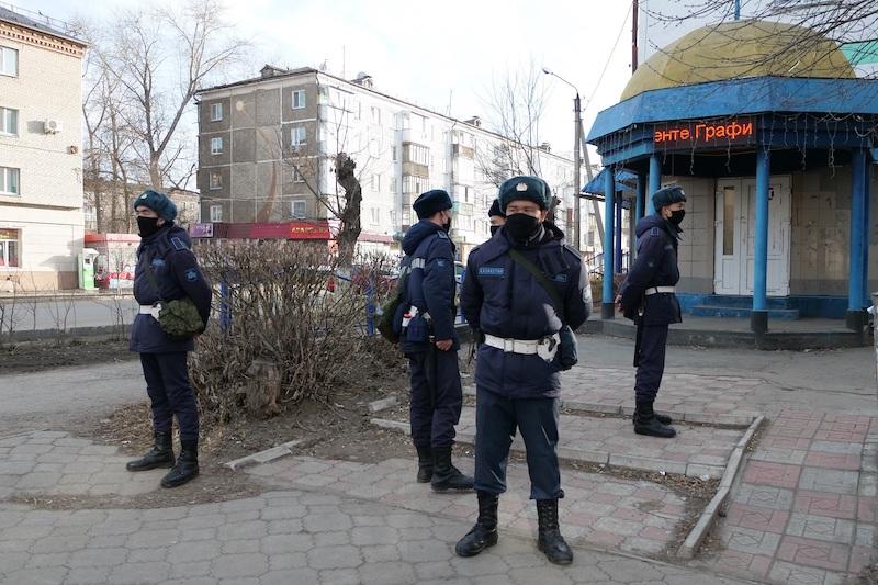 В Петропавловске пьяная девушка сорвала погоны и маску с гвардейца