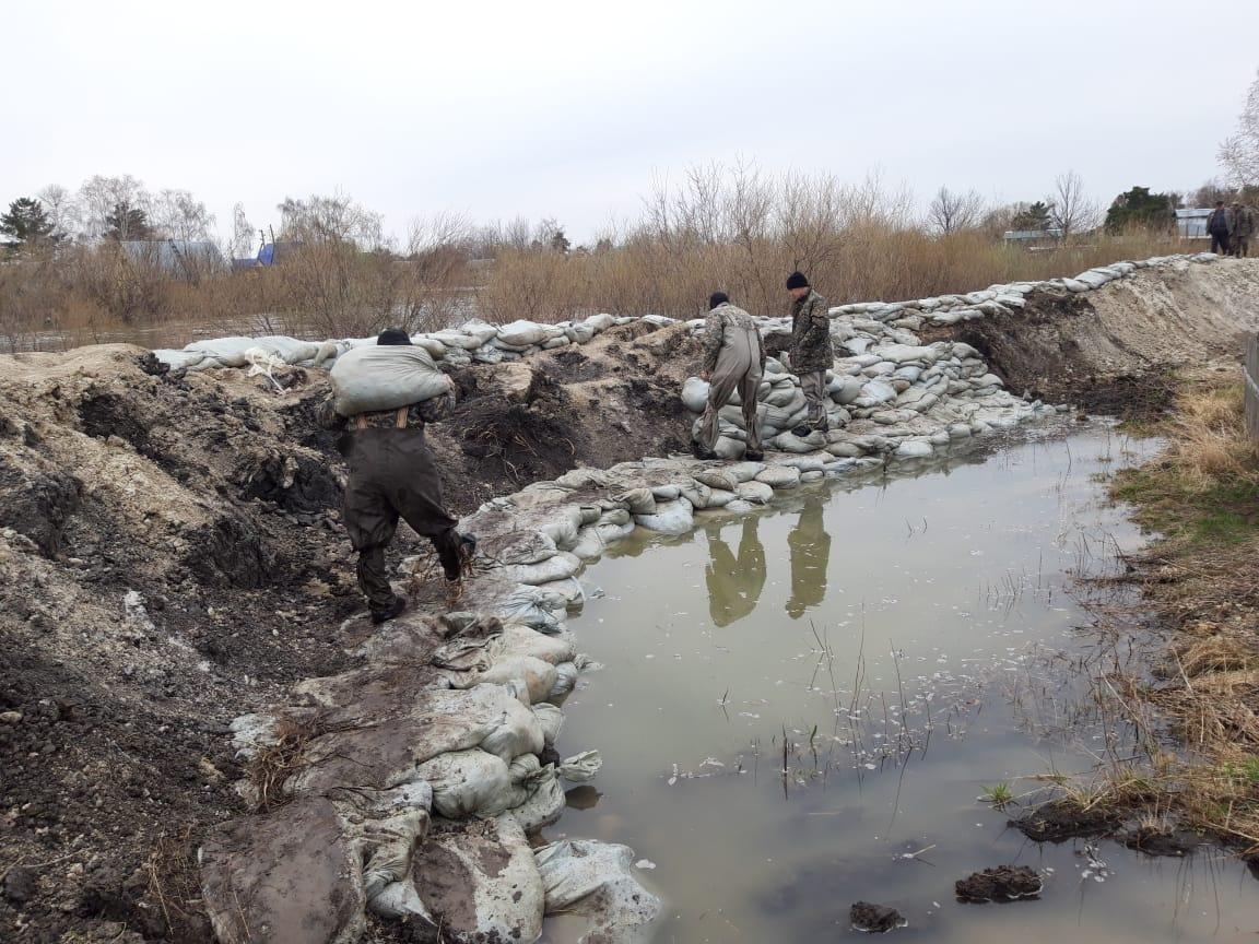 На севере Казахстана военнослужащие защищают посёлок от паводка