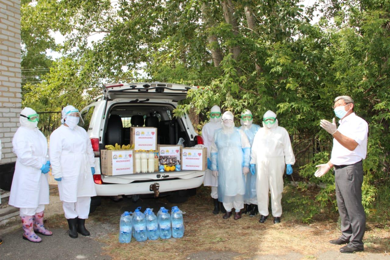 На севере Казахстана борцам с COVID-19  в белых халатах привезли продукты