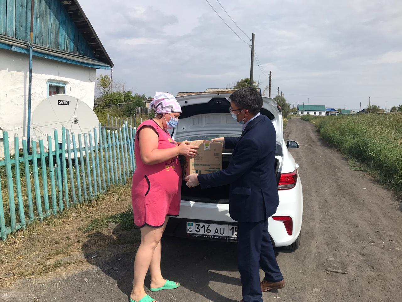 На севере Казахстана семьям медиков помогли с продуктами питания