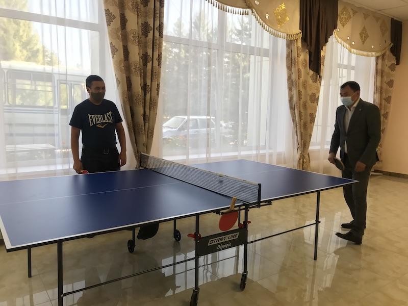 В райцентре Бесколь на севере Казахстана аким сыграл в теннис с сельчанами