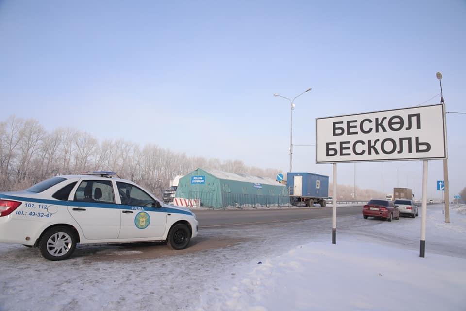 Волонтеры Кызылжарского района помогают полицейским и медикам на блокпостах