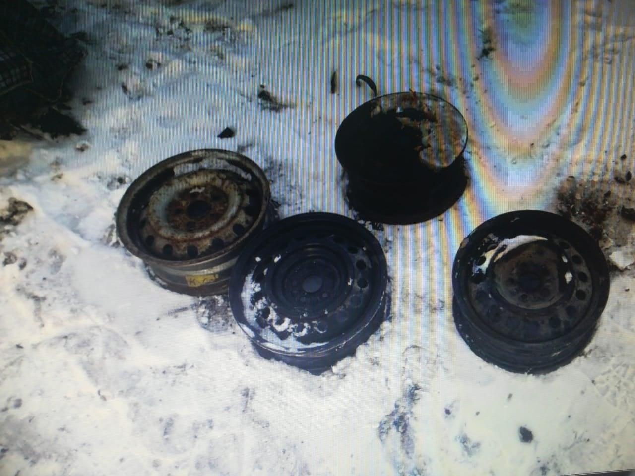 Житель Бесколя сломал стену сарая и вынес чугунные батареи