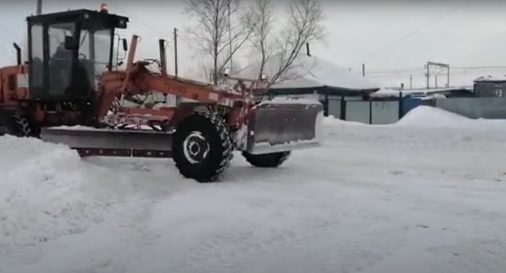 Один день с трактористом в Мамлютке: убираем горы снега