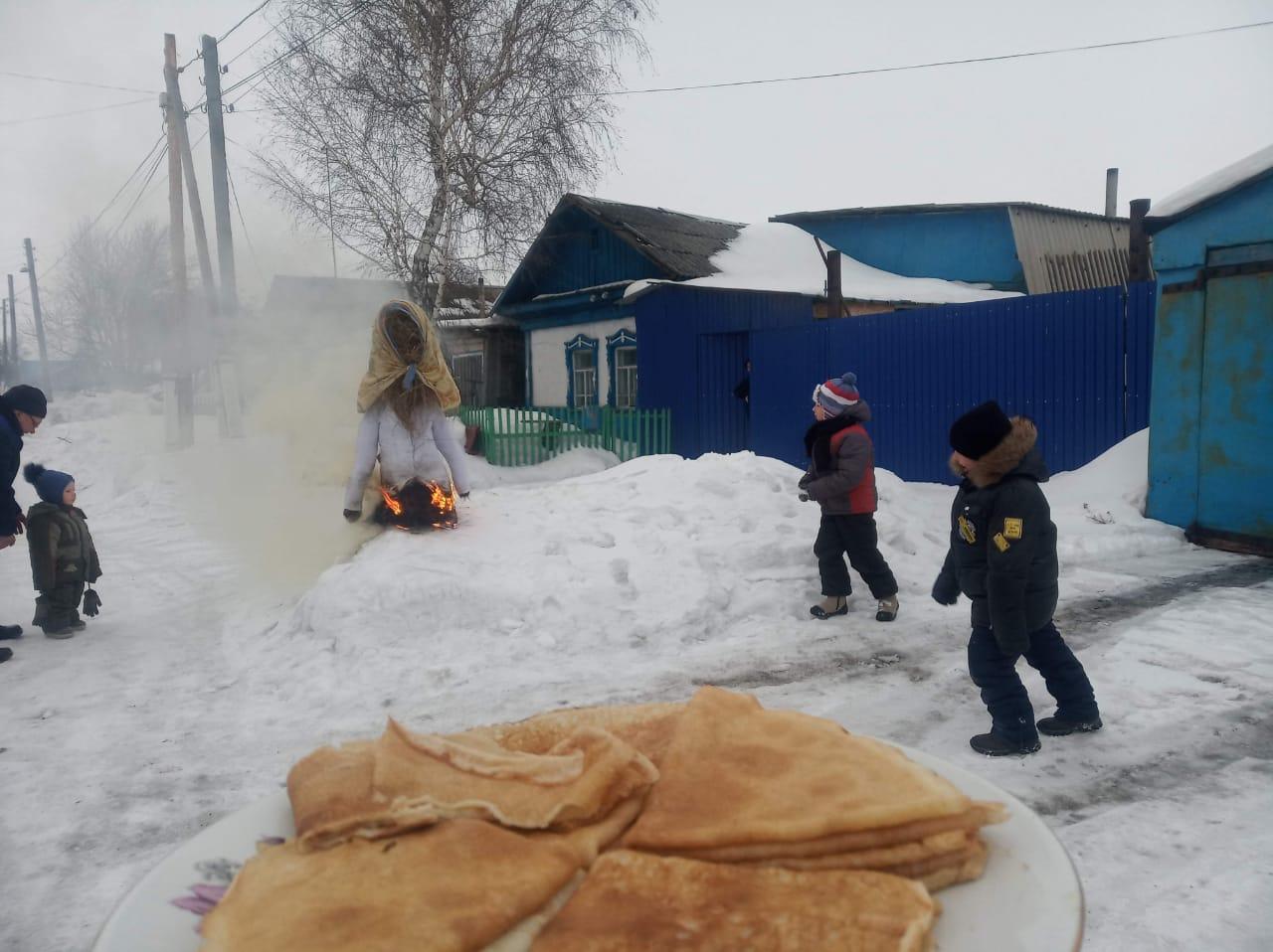 На севере Казахстана отпраздновали Масленицу с блинами и сожжением чучела