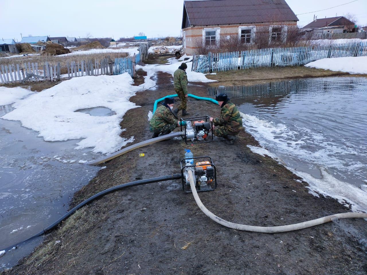 В окружении воды оказались жители села на севере Казахстана