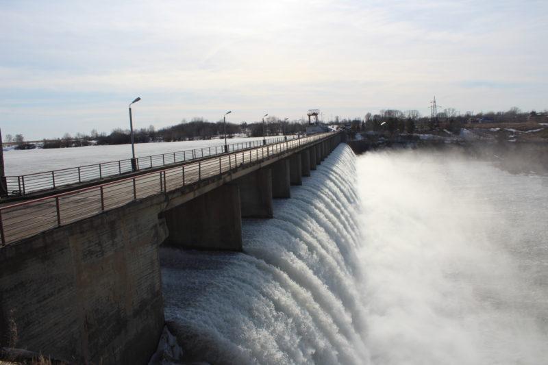 Перелив воды через плотину Сергеевского водохранилища быстро возрастает