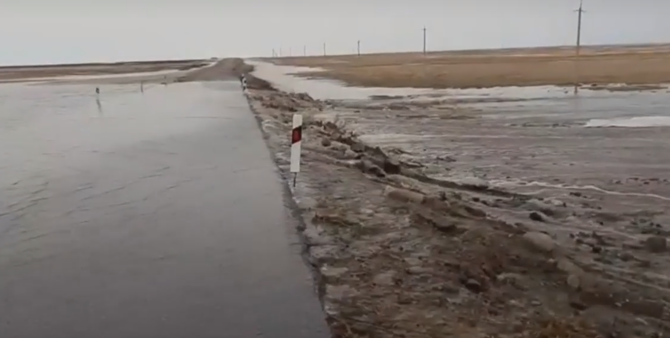 Паводок-2021 начался: на севере Казахстана вода заливает трассу