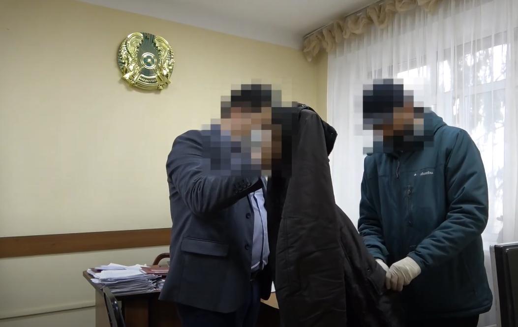 Сотрудника акимата Петропавловска подозревают в получении взятки