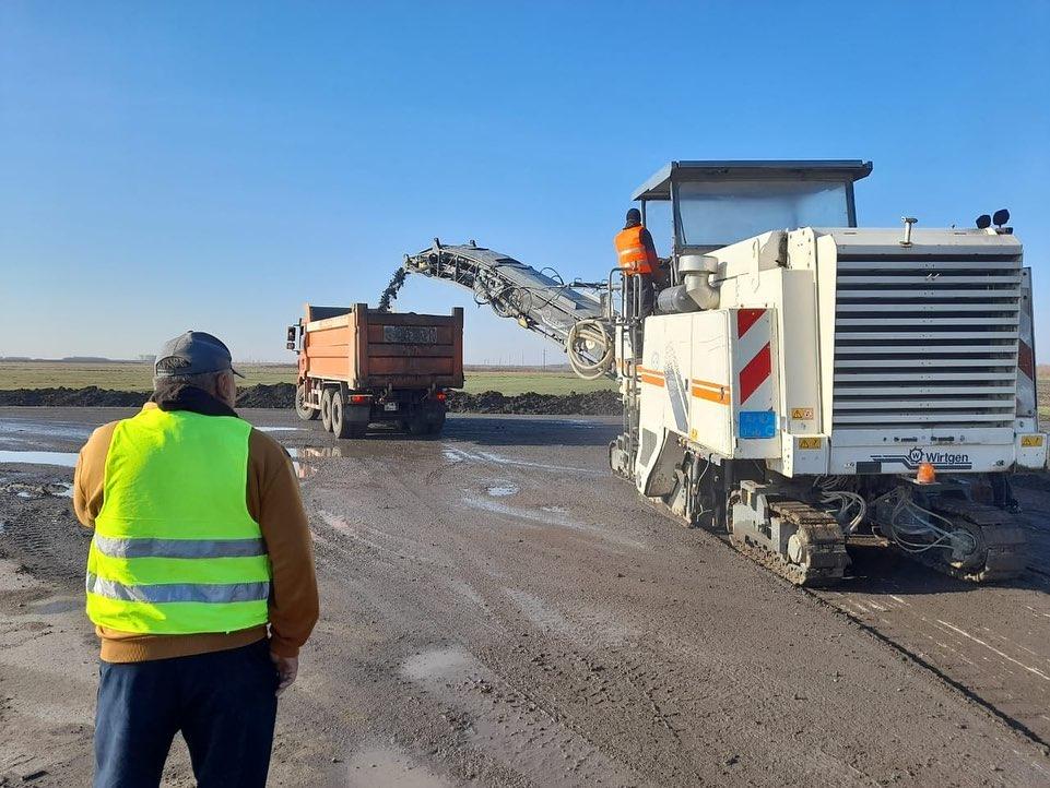 На севере Казахстана ремонтируют республиканскую трассу у села Возвышенка
