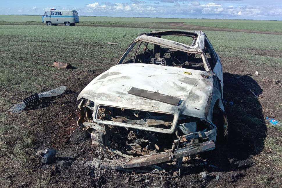 На севере Казахстана угнанный автомобиль сгорел в ДТП. Рядом находились двое мужчин
