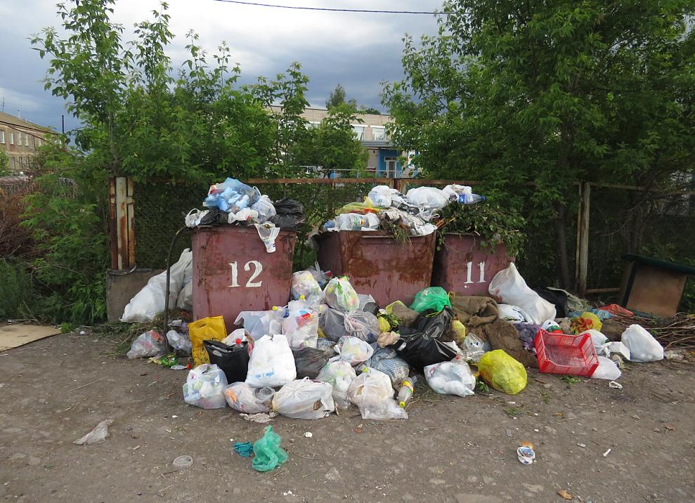 Во дворах Петропавловска скопились кучи мусора