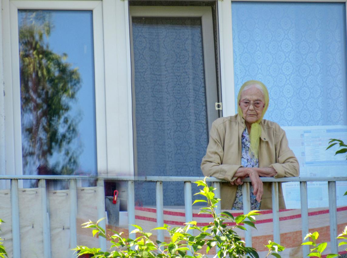 В Петропавловске 93-летняя бабушка скинула с балкона 300 тысяч тенге, чтобы спасти внука