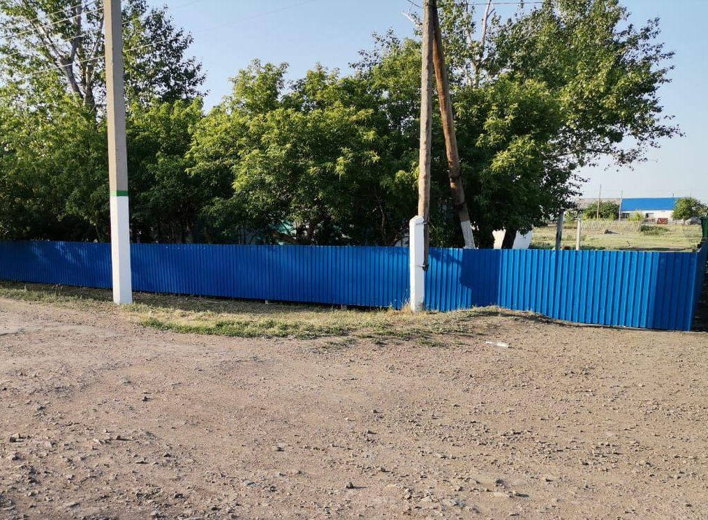 В селе на севере Казахстана появился странный забор