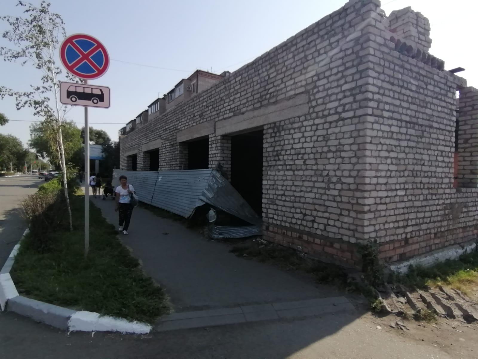 Уберите гадюшник! В центре Петропавловска пять лет стоит недостроенное кафе